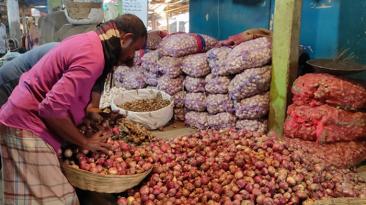 লোকসানের কারনে পেঁয়াজ আমদানি করছে না হিলি'র ব্যবসায়ীরা