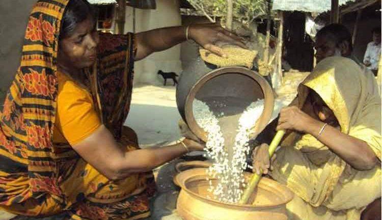 রমজানের প্রস্তুতি: রূপগঞ্জে ঘরে ঘরে মুড়ি ভাজার ধুম